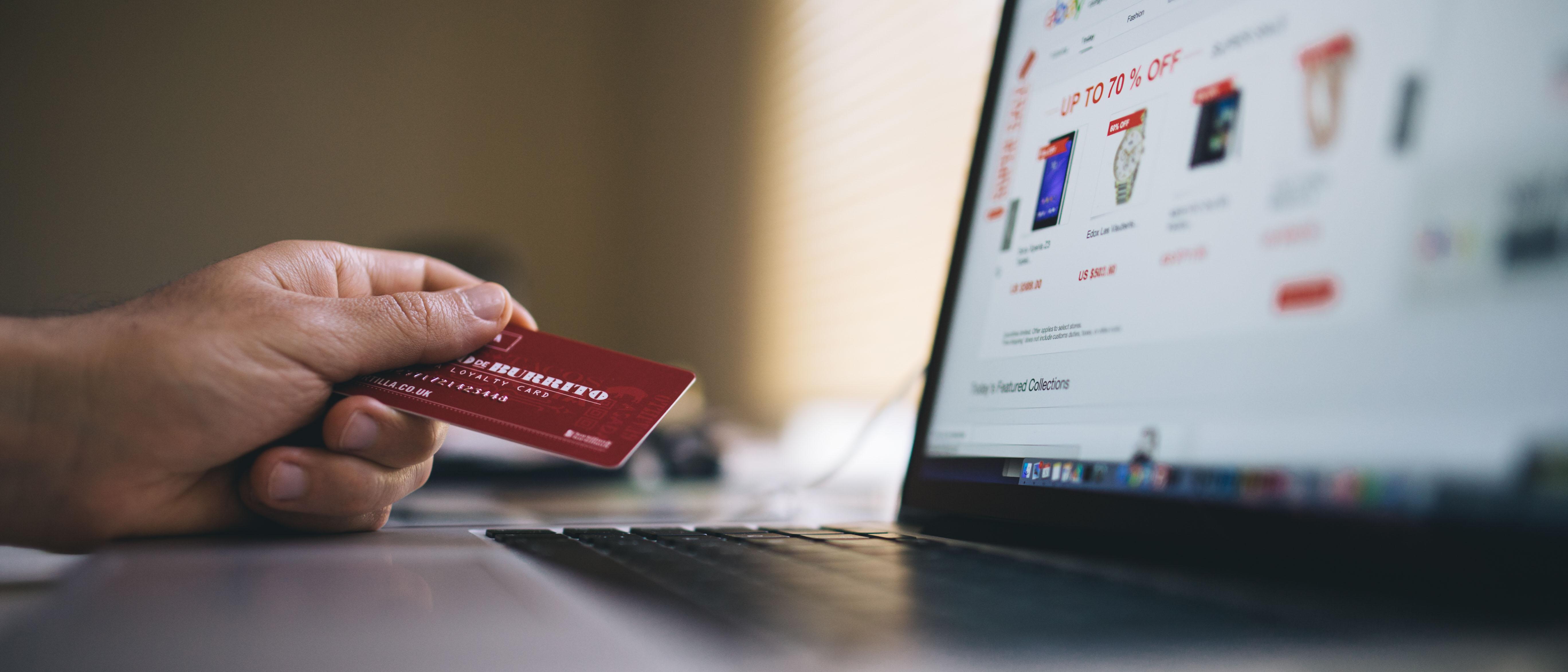 ungdom handler på nett med kredittkort